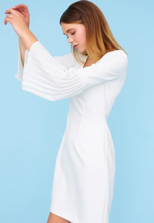Robe coupée à la taille et manche plissée