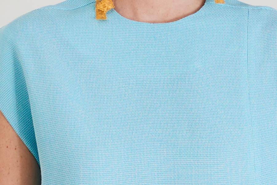 LE 514 Léo Top à découpes asymétriques carreaux bleus